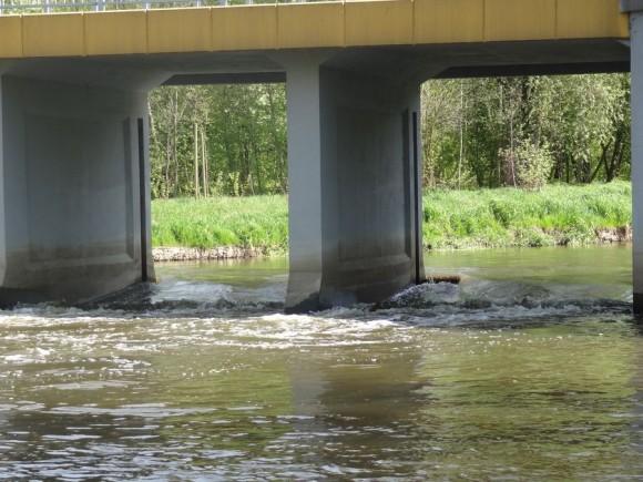 Próg wodny pod mostem w Sochaczewie